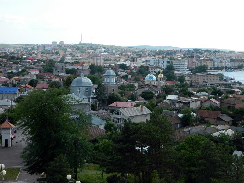 Вид Тульчи с самой высокой точки города – от монумента независимости Румынии