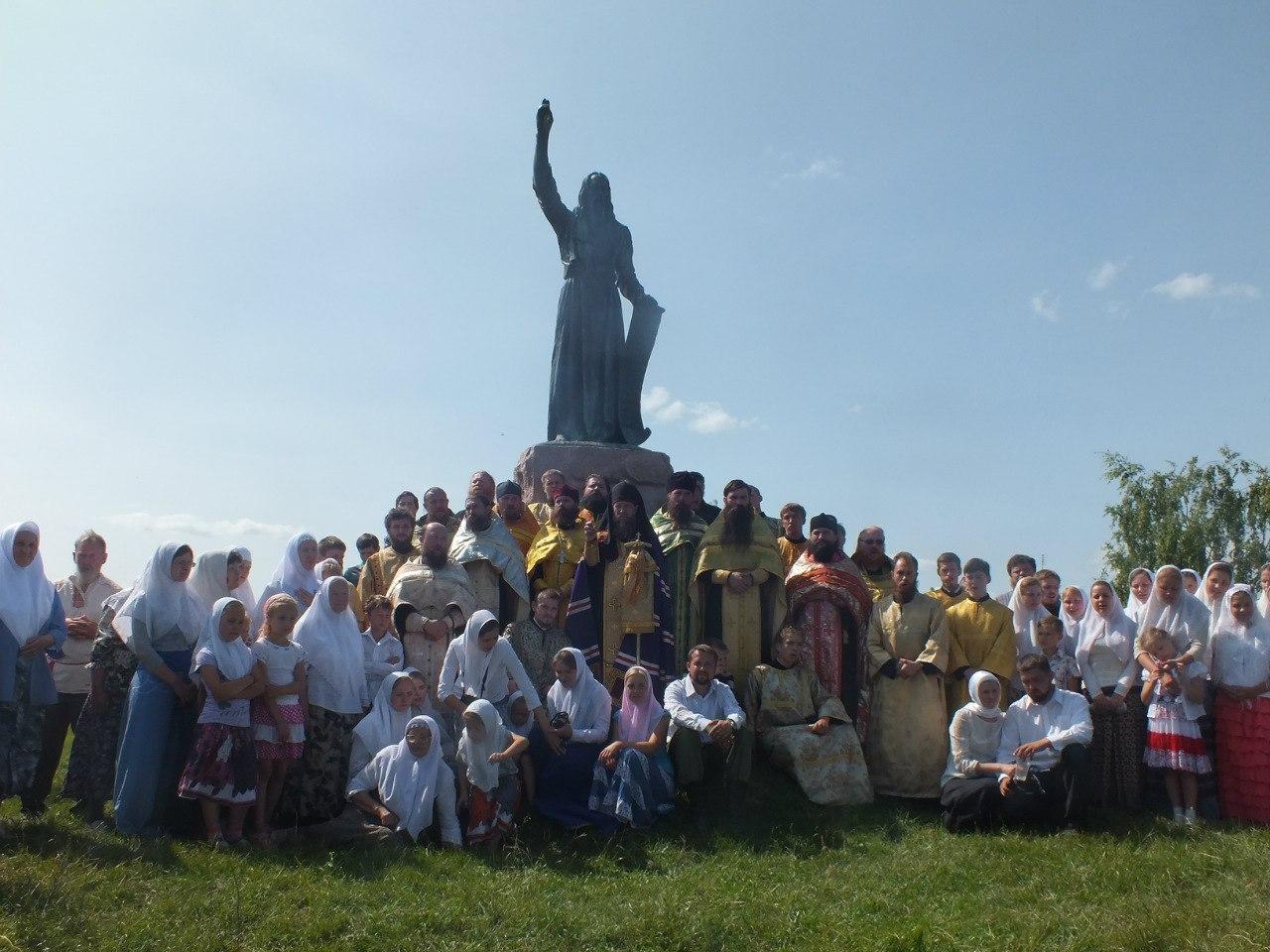 Участники крестного хода от деревни Большое Мурашкино Нижегородской области до села Григорово. 2013 год