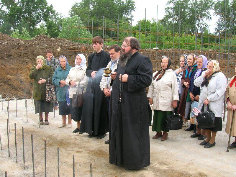 Освящение закладного камня в фундамент будущего храма во имя святителя Николы Чудотворца. 20 июня 2006 года. Фото Максима Гусева