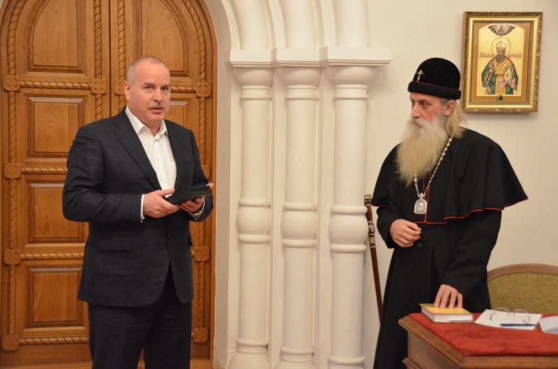 В. С. Якунин передает цифровую копию архива митрополиту Корнилию (Титову)