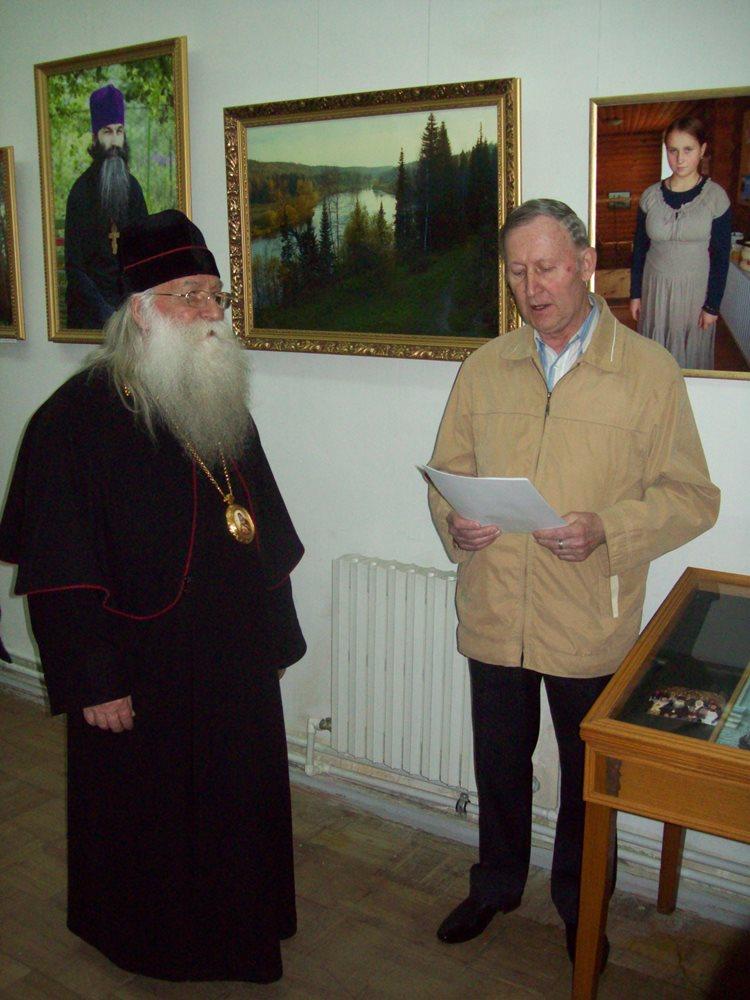 Рябухин И. С. зачитывает стихотворение перед посетителями выставки