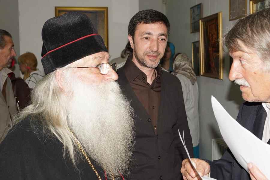 Архиепископ Савватий с организаторами выставки