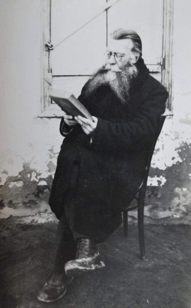 Федор Ефимович Мельников с книгой. Измаил (?). 1934 г. (?) (фотография из частного архива, г. Браил