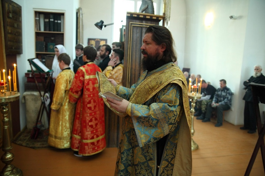 Диакон возглашает Великую ектению на литургии