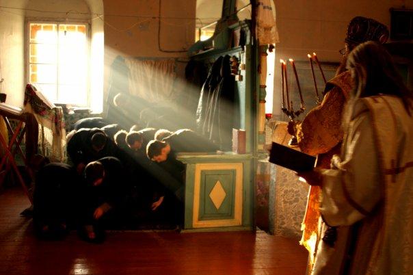 Молящиеся кланяются