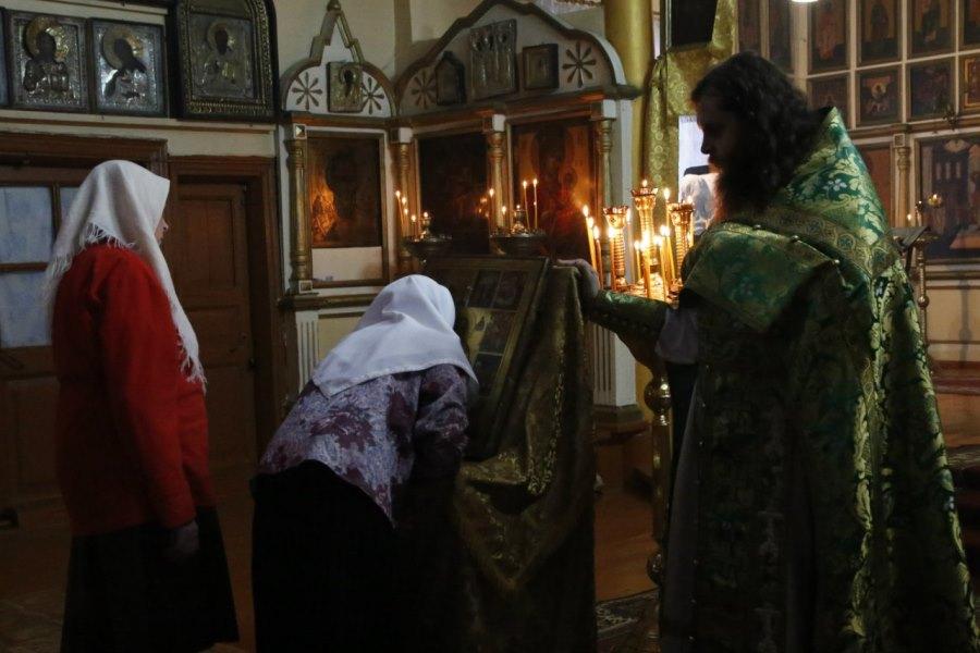 Молящиеся прикладываются к иконе
