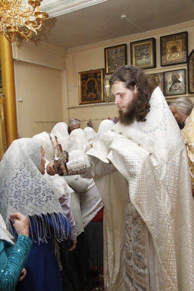 Молящиеся подходят ко кресту