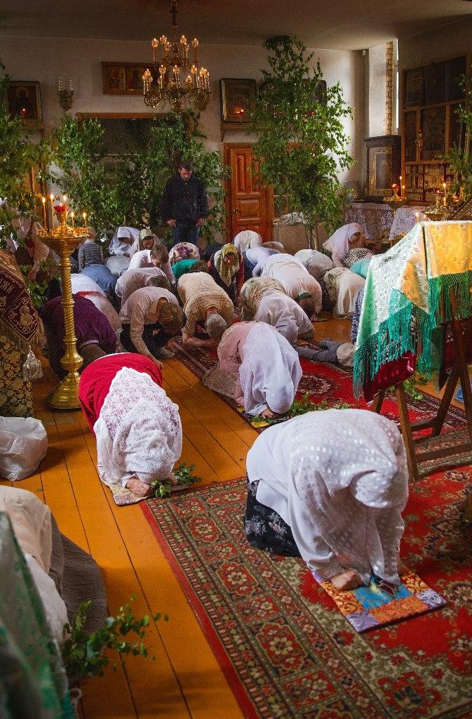 Все молящиеся кланяются одновременно