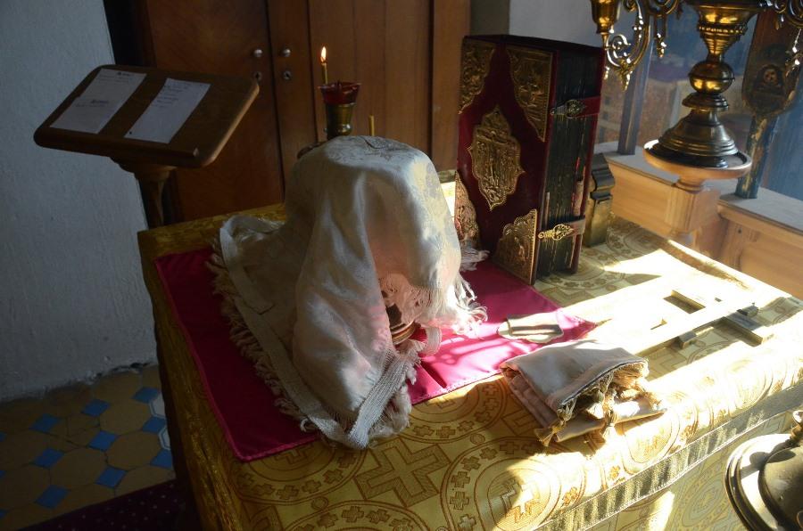 На Престоле под покровцом хлеб и вино, в ожидании своего освящения. Фото Г. Чистякова