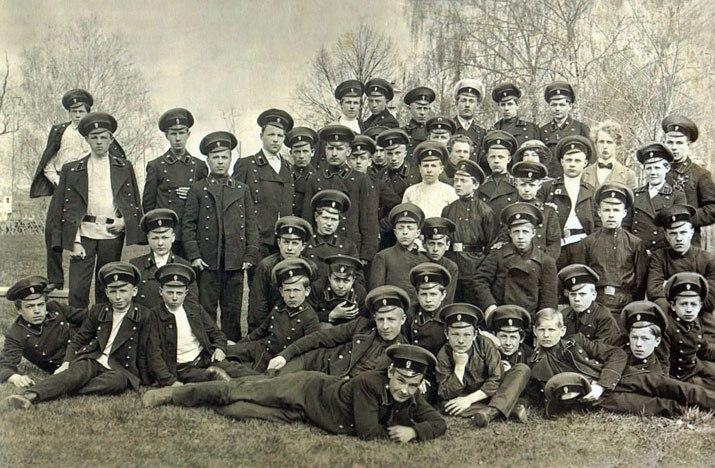 Студенты института с воспитателем А. В. Зайцевым в апреле 1916 года