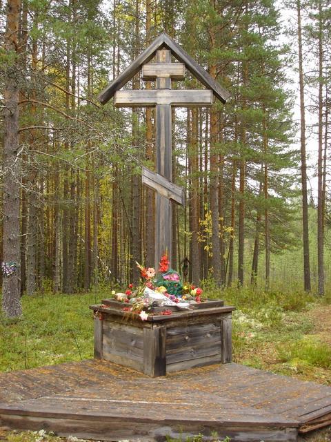 Поклонный крест в урочище Сандармох (республика Карелия). С 1937–1938 гг. здесь происходили массовые расстрелы узников сталинских лагерей и репрессированных  жителей Медвежьегорского района