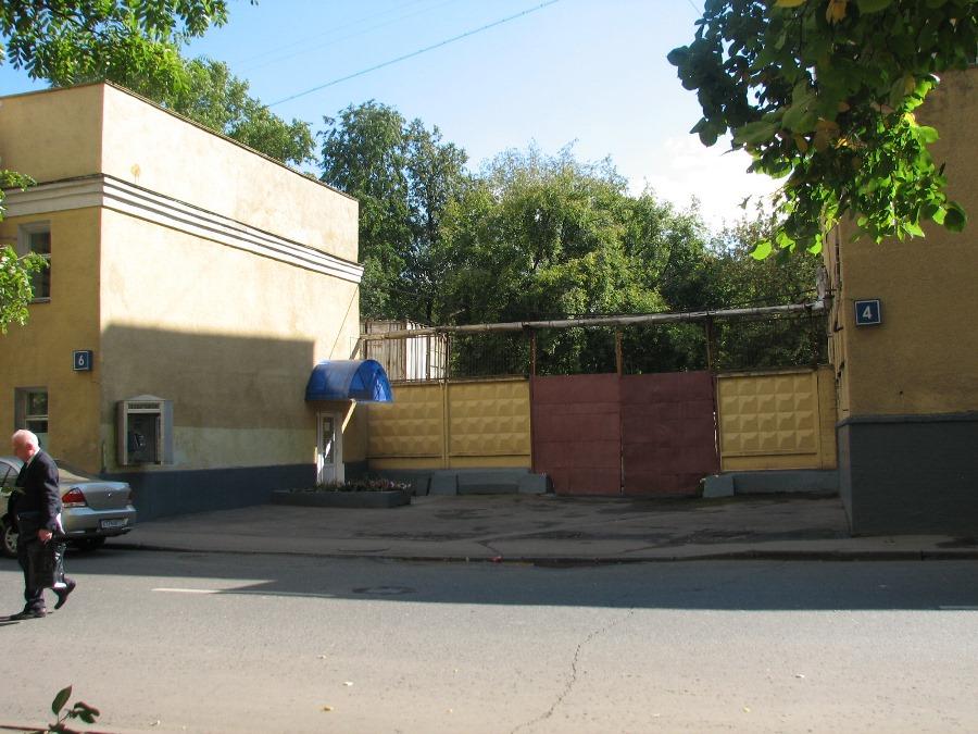 Место, где были ворота на Братский двор. Фото Татьяны Игнатовой, 2011 год