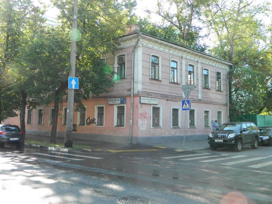 В этом 2-этажном доме № 20, стоящем ровно на пересечении Вековой (3-й Рогожской) и Малой Андроньевской, находилась домовая церковь, принадлежавшая Александру Никитичу Спиридонову, купцу-староверу белокриницкого согласия