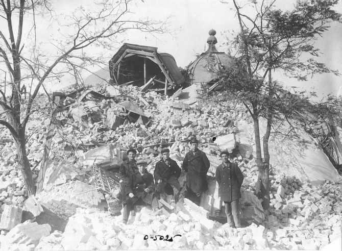 Безбожники у взорванного храма