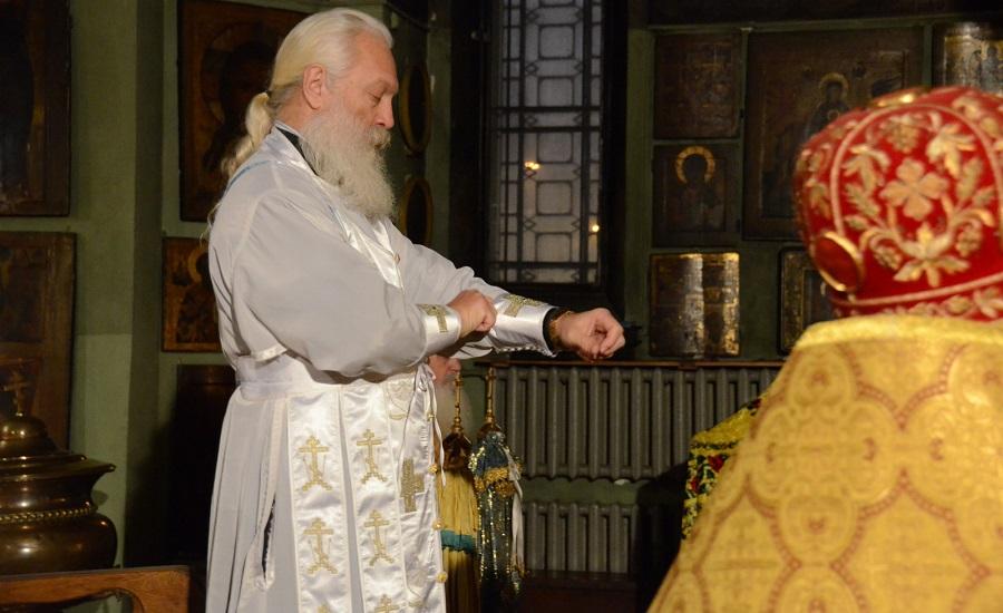 Одевается богослужебная поруч. В день тезоименитства патриарха Александра. 25 декабря 2014 г