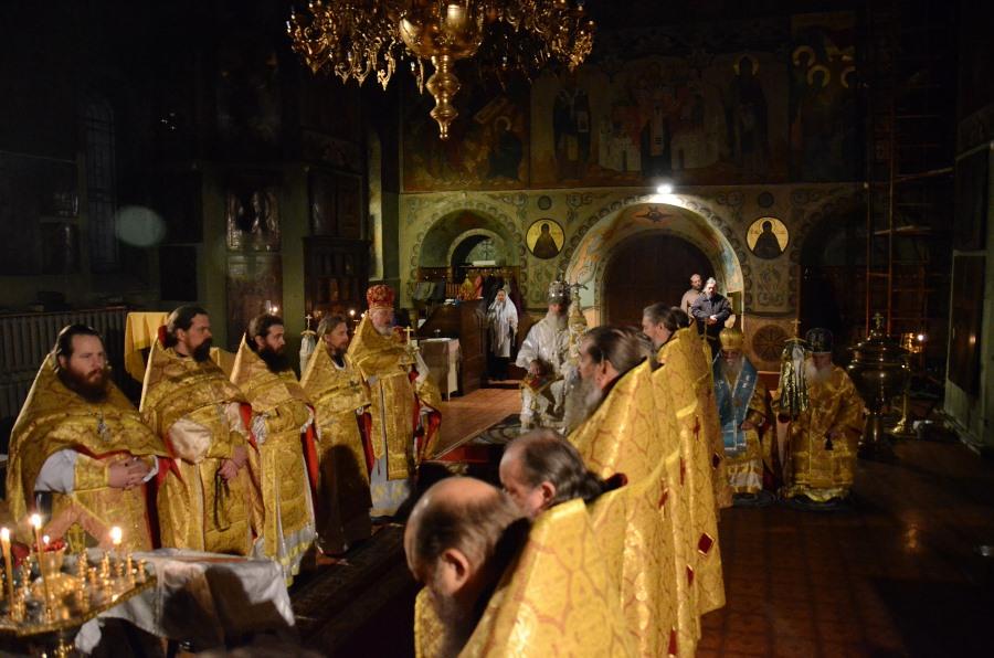 Древлеправославное духовенство справа и слева от Патриарха Александра в день его тезоименитства. 25 декабря 2014 г.