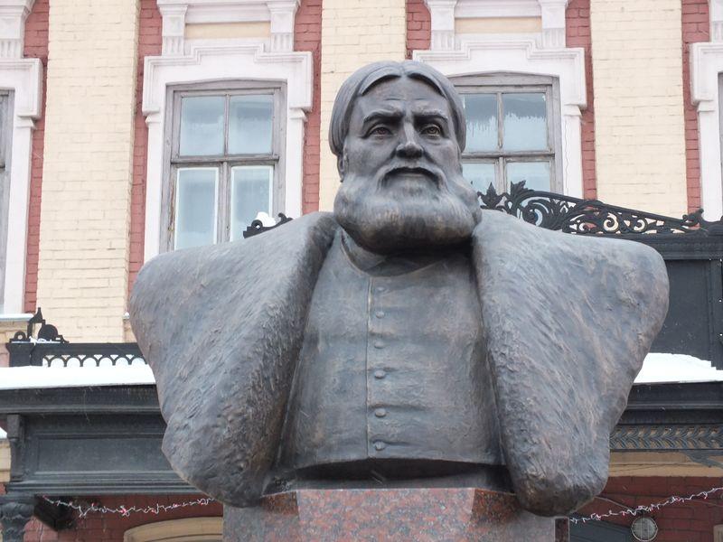Памятник промышленнику и меценату Николаю Александровичу Бугрову. Открыт в Нижнем Новгороде (на площади Лядова) 25 декабря 2014 года