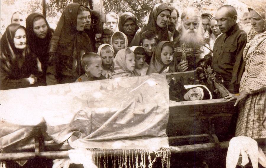 О. Михаил Масляев у гроба прихожанки. Воронок, 1936 год