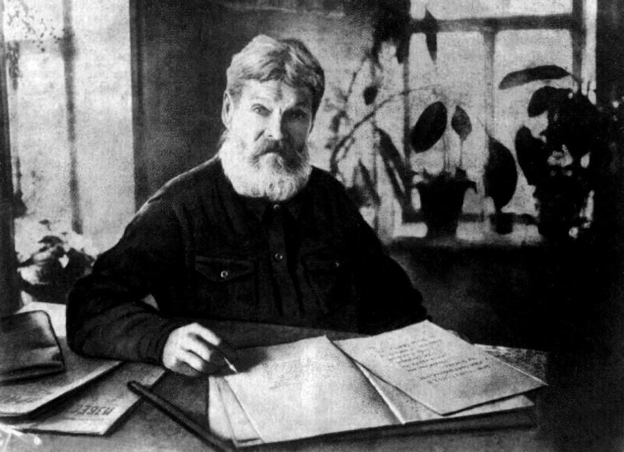 Иван Блинов за написанием «Истории Городца». Фото 1935 г.