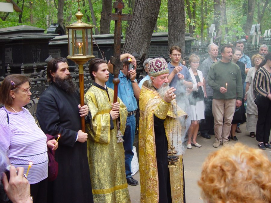 Брат вл. Алимпия протоиерей Леонид Гусев служит Литию на Рогожском кладбище
