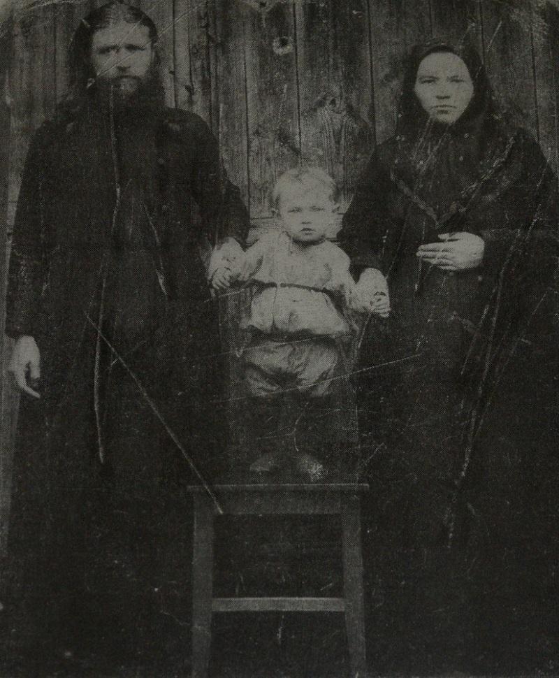 О.Андрей и м.Александра Поповы с сыном. Фотография из архива Покровского старообрядческого храма г. Ржева