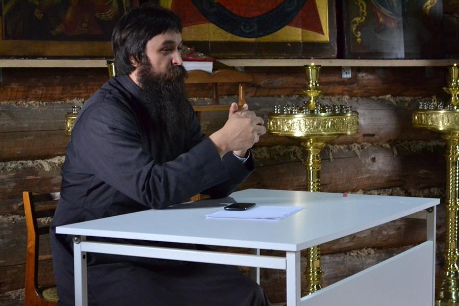 Выступление о. Иоанна Севастьянова. Фотография из группы в ВК «Ржевская обитель»