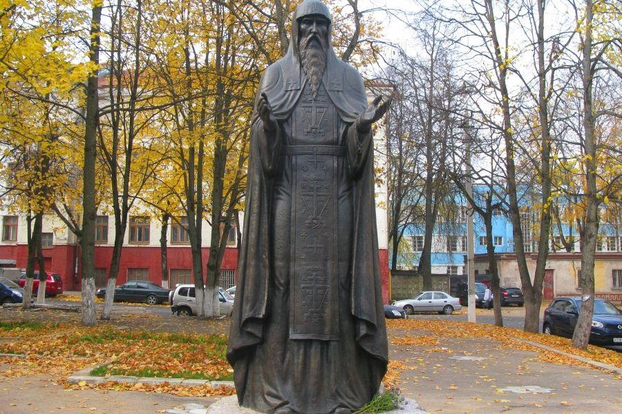 Памятник преподобному Авраамию Смоленскому в Спасо-Преображенском Авраамиевом монастыре в Смоленске