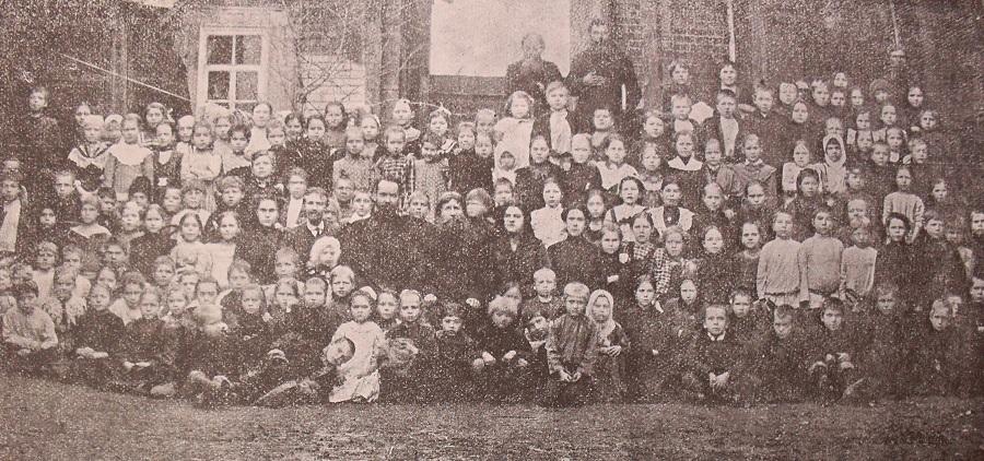 Группа учащихся и учащих в Саратовском старообрядческом училище в 1912 г.