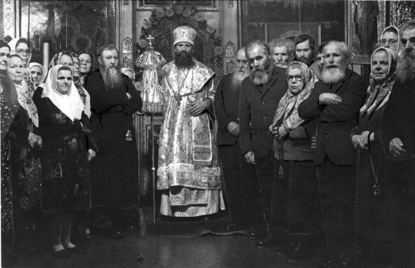 Еп. Московский Флавиан (Вдовин) с прихожанами (Москва, конец 80-х годов ХХ века)