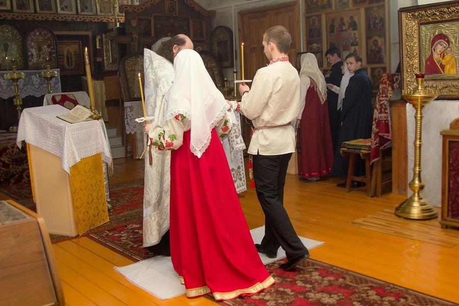 Священник ставит на подножие жениха и невесту. Фото взято из альбома «Венчания в нашем храме» группы Вконтакте «Старообрядческая община. П-Посад»