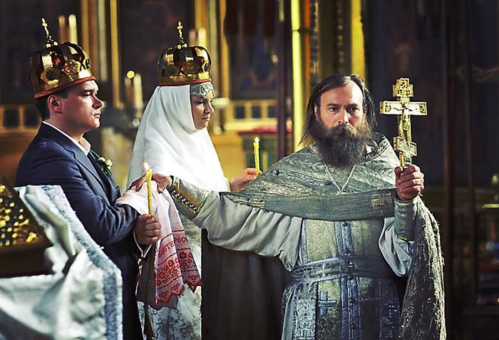 Священник троекратно ведет супругов вокруг аналоя. Фото взято с сайта rustal.livejournal.com/8711.html