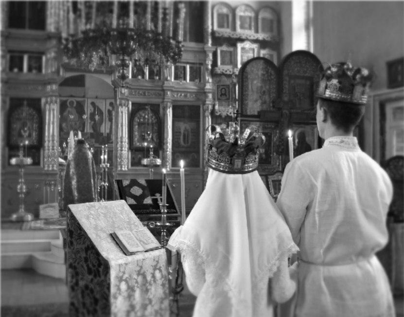 Священник в алтаре готовит для новобрачных чашу с вином. Фото взято из альбома «Венчания в нашем храме» группы Вконтакте «Старообрядческая община. П-Посад»