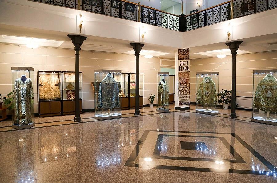 Экспозиция старинного облачения. Фото со страницы в Фейсбуке Музейно-библиотечно-архивного отдела