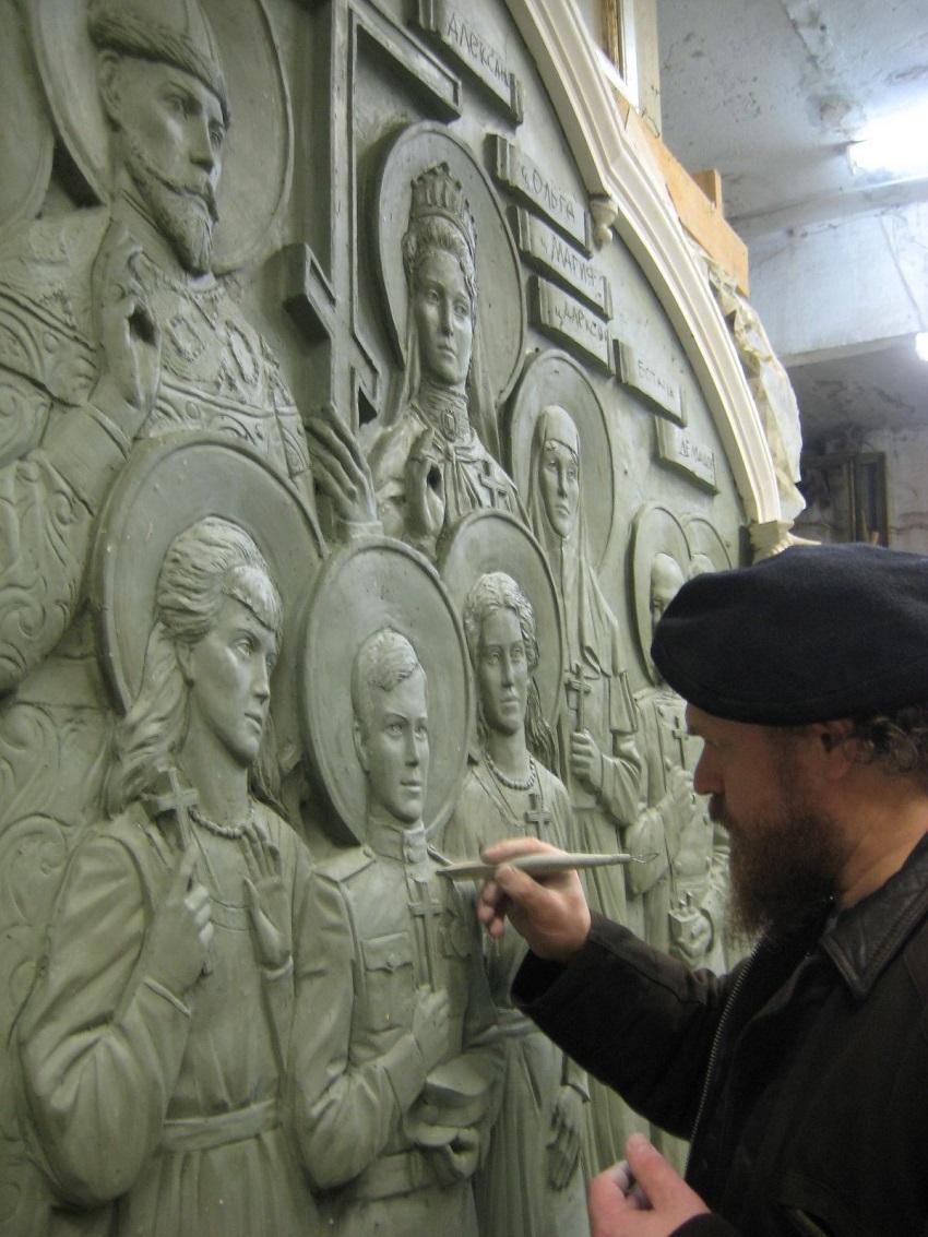 Олег Молчанов у иконы-барельефа в память о семье последнего российского императора Николая II Романова