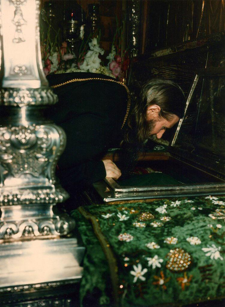 Архиепископ Алимпий (Гусев) прикладывается к мощам преп. Сергия. 1988 год