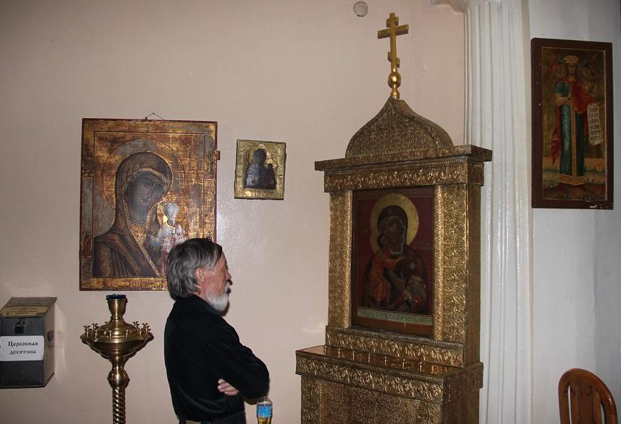 Манси Евсевий на службе в храме