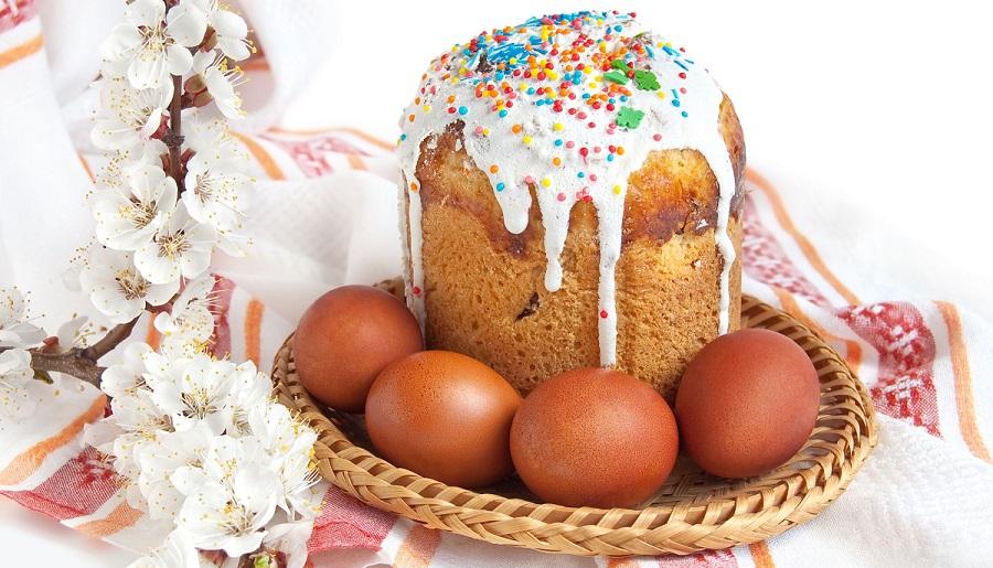 Пасхальный кулич и яйца. Пасхальные яйца красного цвета как символ возрождения