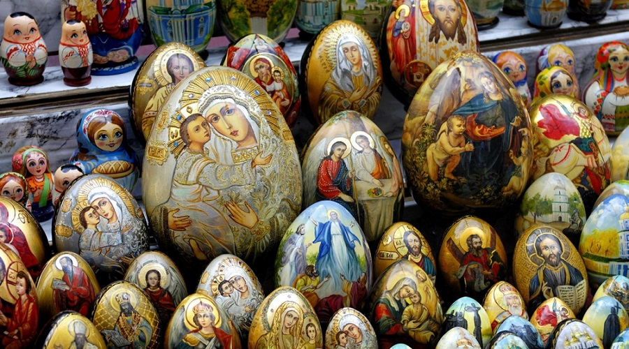 Термонаклейки на пасхальные яйца с изображением Христа, Богородицы. Такие наклейки у православных христиан НЕ приветствуются, потому как после того, как их счистят с пасхальных яиц, они вместе с изображением Исуса Христа или Богородицы отправляется прямиком в мусорное ведро, что недопустимо