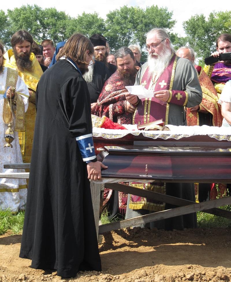 Настоятель Одесской старообрядческой общины протоиерей Илья Косырев зачитал теплые слова у гроба покойного