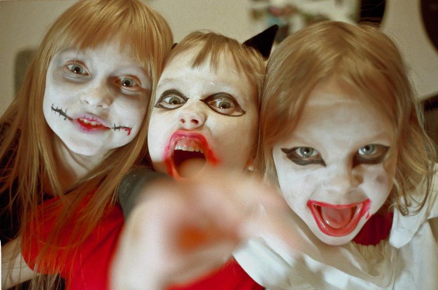 Празднуя Хэллоуин, взрослые и дети изображают убийц и маньяков, играют в монстров и вампиров