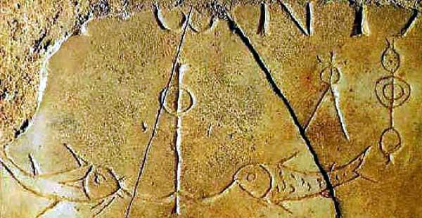 Изображение двух рыб по сторонам от вертикального якоря, с верхушкой в виде креста