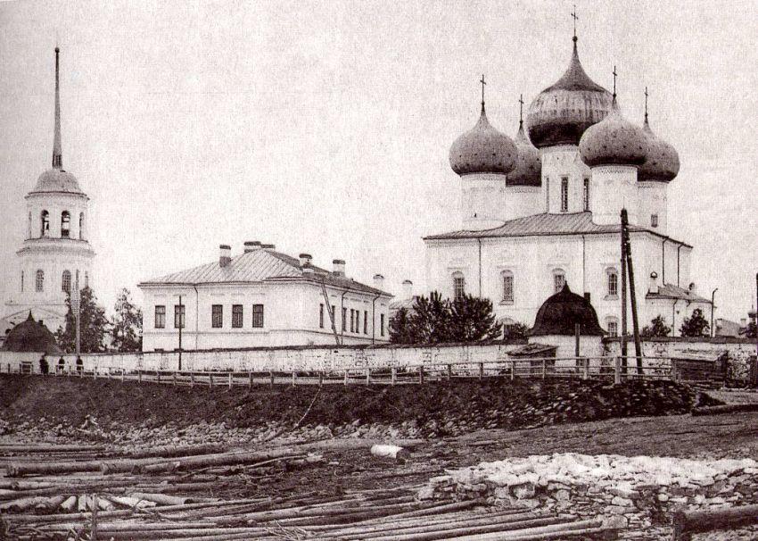 Вид на Миха́йло-Архангельский монастырь с пристани, с юго-восточной стороны. Фотография 1880-х годов работы неизвестного фотографа