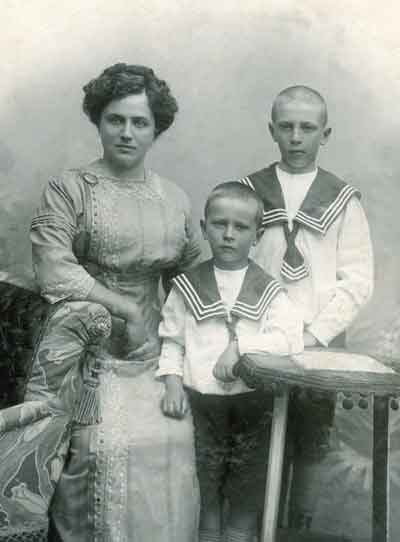 Слева направо: мама Дмитрия Лихачева, его брат (в центре) и он сам. 1911 год