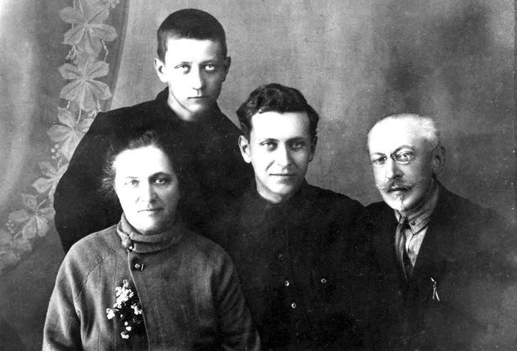Семья Лихачевых. Дмитрий Лихачев — на фото в центре, 1929 год