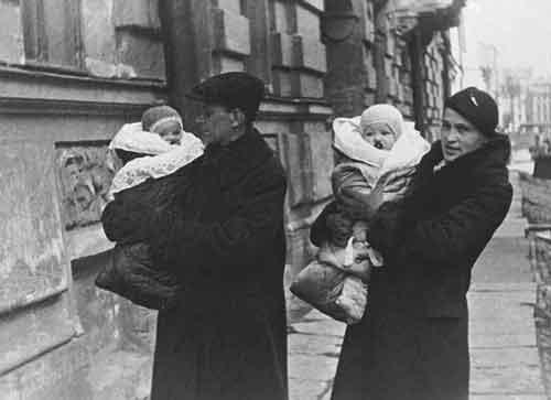 Дмитрий Лихачев с женой и детьми, 1937 год