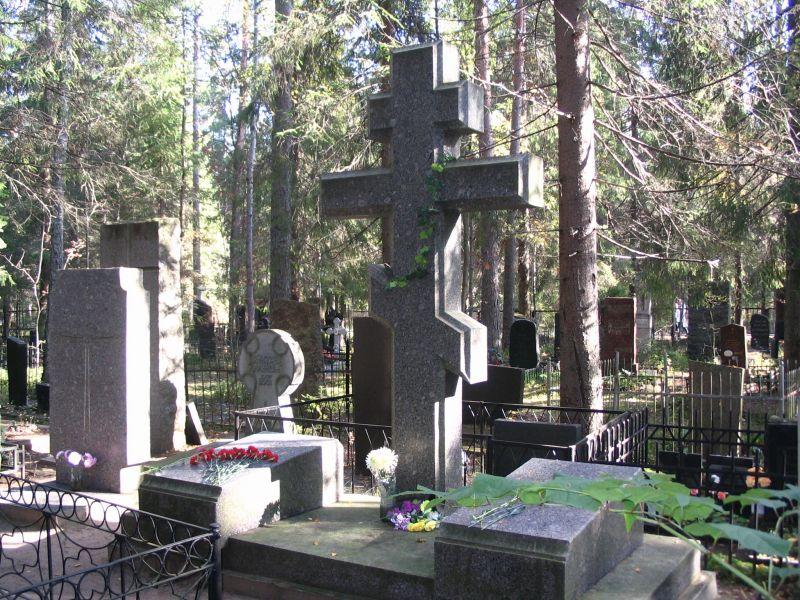 Могила академика Дмитрия Сергеевича Лихачева и его супруги Зинаиды Александровны на кладбище поселка Комарово