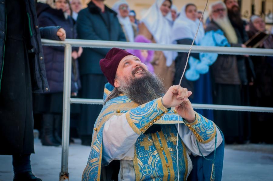 о. Иоанн Курбацкий звонит в колокол Знаменской церкви