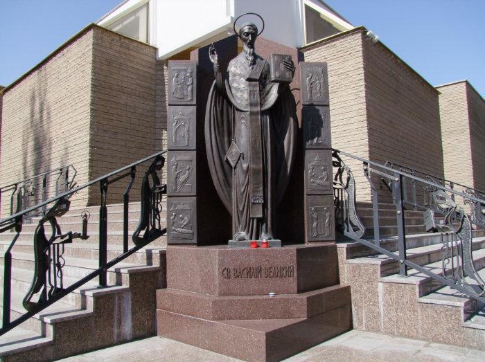 Памятник святителю Василию Великому в Киеве