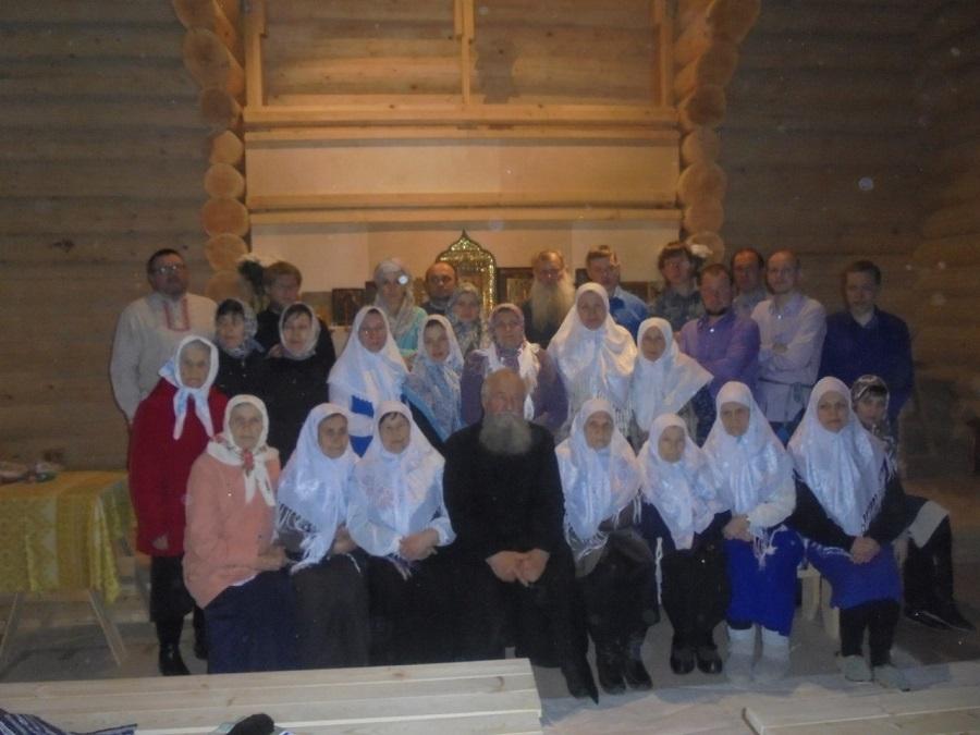 Красноярские староверы-поморцы после первой службы в новом храме, 8 мая 2016 года
