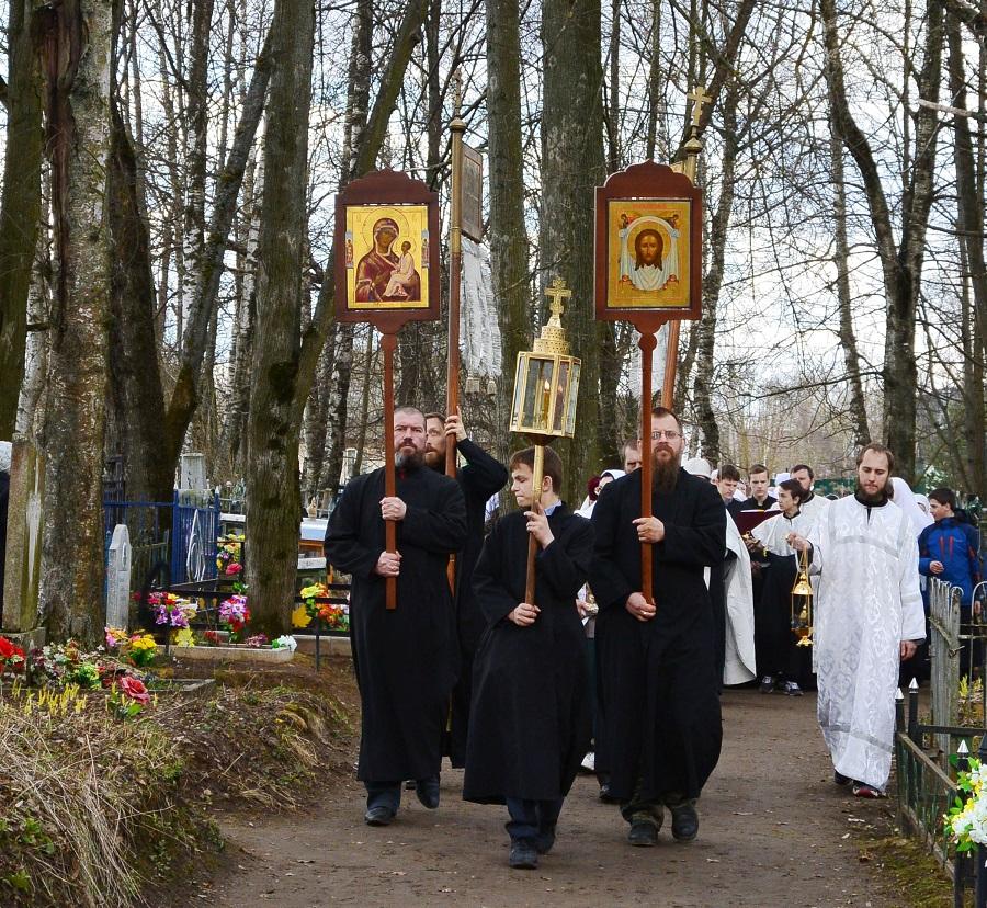 Крестный ход на старообрядческом кладбище Ржева в день Радоницы